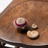Pooja 刺繍の丸ケース レッド