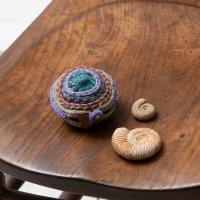 Pooja 刺繍の丸ケース ブルー