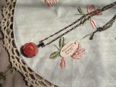 アロマドミュゲ(Arome de muguet シュシュドママン ティアラ) ボーン調ローズ Lバラネックレスの商品写真です