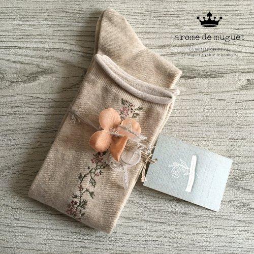アロマドミュゲ(Arome de muguet、chou chou de maman) フラワーソックス ソックス ベージュの商品写真です