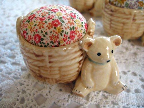 マニー プチメゾン 陶器 ピンクッション くまBの商品写真です