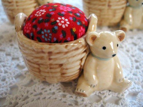 マニー プチメゾン 陶器 ピンクッション くまCの商品写真です