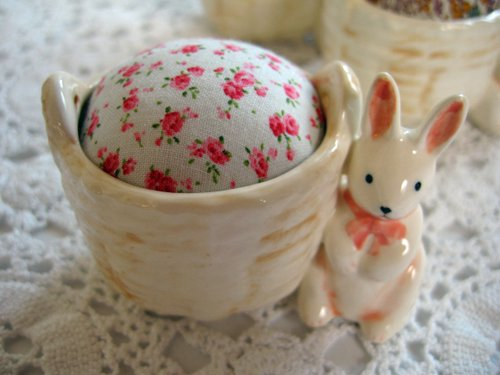 マニー プチメゾン 陶器 ピンクッション うさぎAの商品写真です