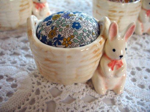 マニー プチメゾン 陶器 ピンクッション うさぎBの商品写真です