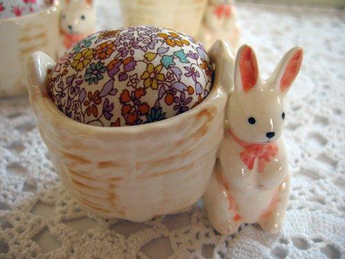 マニー プチメゾン 陶器 ピンクッション うさぎCの商品写真です