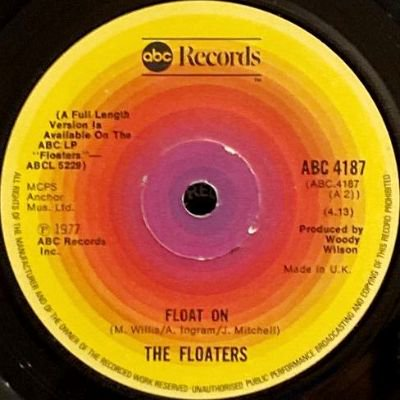 THE FLOATERS - FLOAT ON / EVERYTHING HAPPENS FOR A REASON (7) (UK) (VG+)