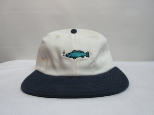 GOOD WORTH FISH STRAP BACK CAP ホワイト/ネイビー