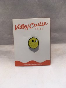 <img class='new_mark_img1' src='//img.shop-pro.jp/img/new/icons5.gif' style='border:none;display:inline;margin:0px;padding:0px;width:auto;' />VALLEY CRUISE PRESS THE SUSPICIOUS LEMON PIN By EVA STALINSKI
