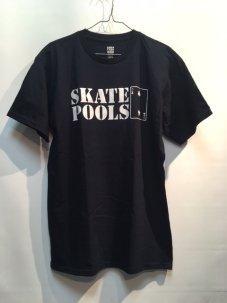 <img class='new_mark_img1' src='//img.shop-pro.jp/img/new/icons5.gif' style='border:none;display:inline;margin:0px;padding:0px;width:auto;' />LOWCARD SKATE POOLS TEE Mサイズ ネイビー