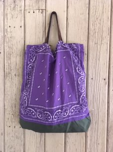 <img class='new_mark_img1' src='//img.shop-pro.jp/img/new/icons5.gif' style='border:none;display:inline;margin:0px;padding:0px;width:auto;' />Remade Reversible Bandana Bag