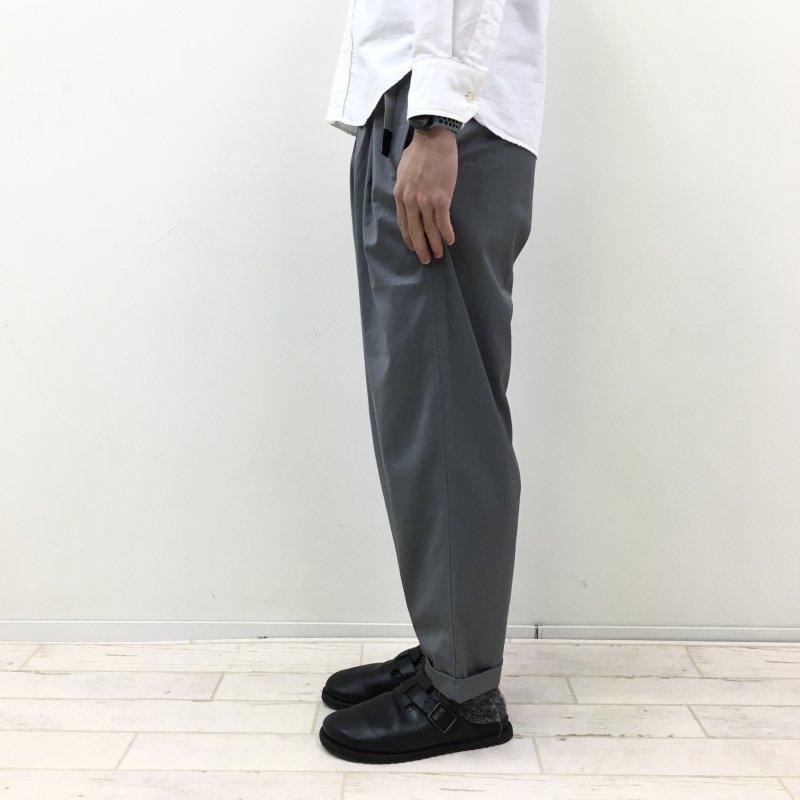 GRAMICCI GABARDINE TUCK TAPERED PANTS(GREY)