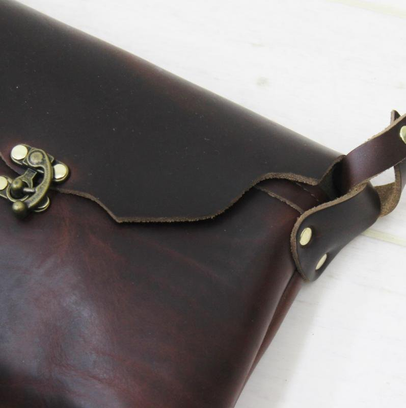 FERNAND LEATHER HORIZONTAL LATCH POUCH(BROWN)