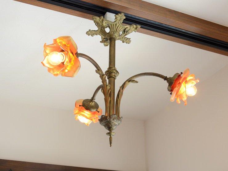 アンティーク ローズ型ガラスシェード 3灯真鍮シャンデリア