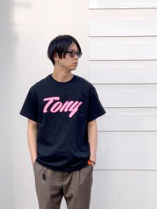 <img class='new_mark_img1' src='//img.shop-pro.jp/img/new/icons24.gif' style='border:none;display:inline;margin:0px;padding:0px;width:auto;' />【残り1点】TONY TAIZSUN (トニータイズサン) TONY LOGO TEE (プリント半袖TEE) BLACK