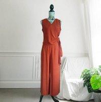 【即納】 パンツスーツ 大きいサイズ オレンジ XL セットアップ レディース 7005202 ノースリーブ バックル カシュクール Vネック パンツドレス ガウチョ